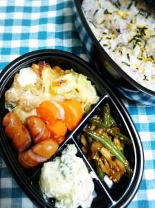 定番ストック:チキンと野菜のスープ煮の具をホワイトソースとチーズでコーティング。野菜ゴロゴロ弁当。
