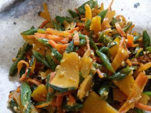冷蔵庫の余り野菜で副菜つくり。 人参、かぼちゃ、いんげんを細く斜め切りしてあとはきんぴらと同じ要領。 ごま油でサッと炒めてしょうゆ、砂糖、みりん、だし汁少量で味付け、最後にすりごまプラスでおいしさ倍増です。