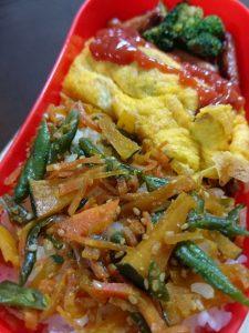 ミートオムレツメインのお弁当には、ご飯に常備野菜をのせて野菜補給・・・・ 食物繊維、カロテン、セサミン、ビタミン各種摂れます。